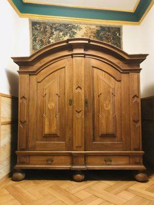 Schlossmöbel -Großer Barockschrank mit Intarsien