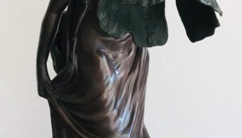 Schlossstatue - Große Bronzestatue Mädchen mit Blume