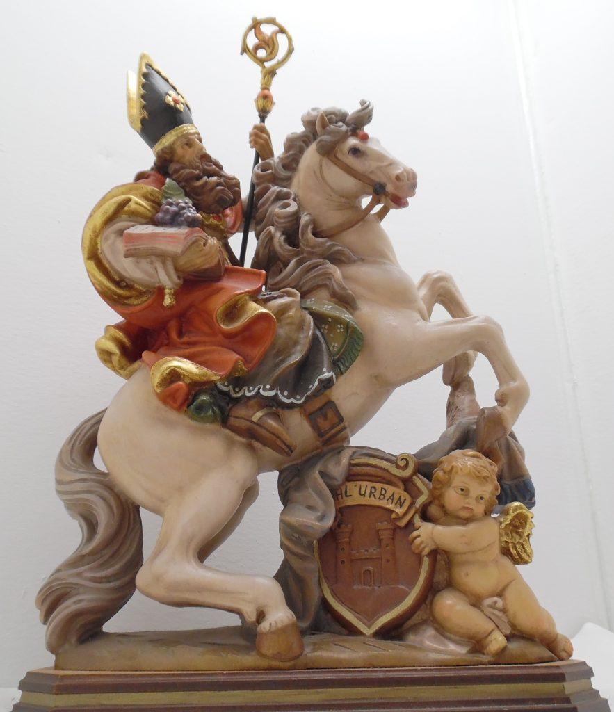 Geschnitzte Holzfigur Skulptur Heiliger Urban zu Pferd / Weinbau